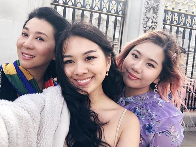 MC Kỳ Duyên (trái) có hai con gái là Maili Nguyễn (phải) và Yenli Nguyễn. Đây là kết quả tình yêu của Kỳ Duyên và người chông trước. Trên trang cá nhân, nữ MC hiếm hoi chia sẻ hình ảnhvì muốn giữ sự riêng tư của hai con.