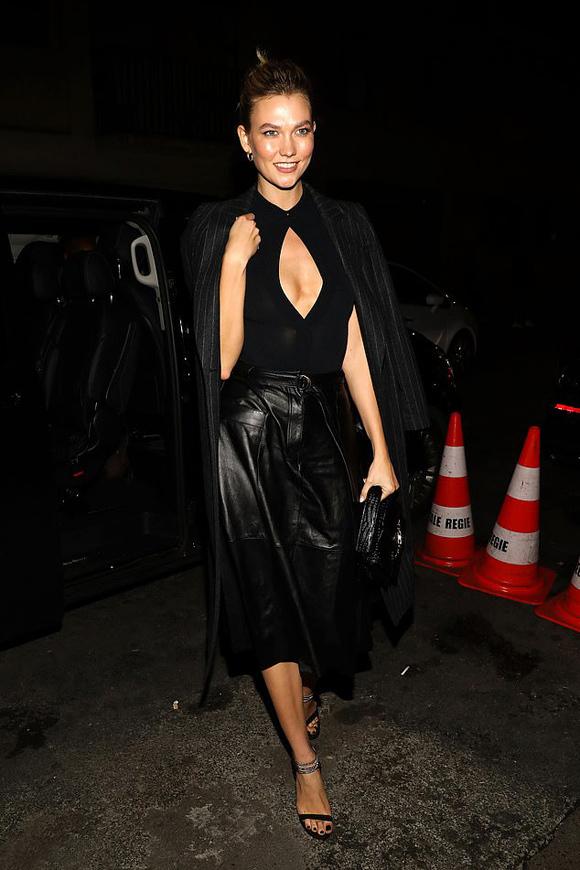 Triển lãm mang tên Karl Lagerfeld: The White Shirt Project diễn ra tối 25/9 trong khuôn khổ Paris Fashion Week, nhằm tưởng niệm giám đốc sáng tạo nhà mốt Chanel - huyền thoại thiết kế vừa qua đời hồi tháng 2 do ung thư tuyến tụy.Xuất hiện tại sự kiện, chân dài 27 tuổi Karlie Kloss mặc trang phục đen nhưng không quên gây ấn tượng bằng khoảng hở trước vòng một.