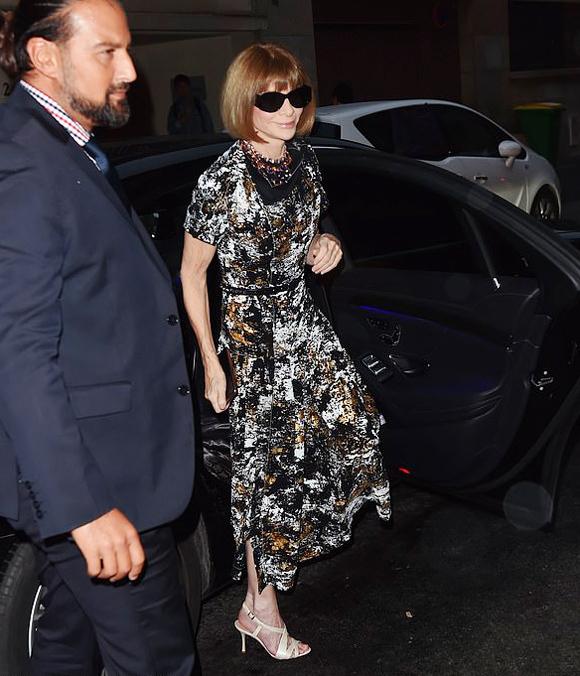 Tổng biên tập VogueMỹ Anna Wintour trung thành với phong cách quen thuộc: đầm midi hoa phối sandal màu nude.