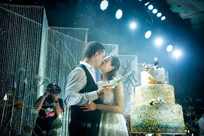 Bánh cưới có 7 chú mèo của siêu mẫu Phương MaiVào ngày 15/6, bánh cưới của cặp Phương Mai - doanh nhân Marcin Miller cósắc trắng, vàng đồng và xanh cổ vịt. Phía trên cùng của bánh là hình ảnh chú rể kéo chân cô dâu dù cô đang cố chạy thoát.