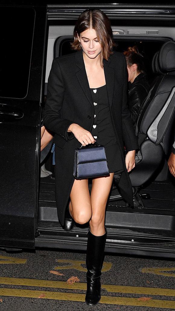 Nàng mẫu hot Kaia Gerber chọn váy ngắn đơn giản, khoác blazer và phối kèm bốt da đế thấp.