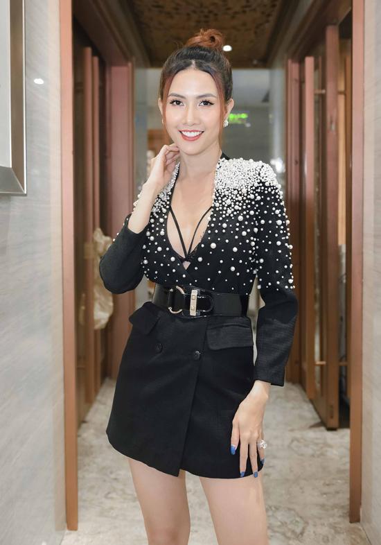 Bộ váy xẻ cổ sâu để lộ nội y và vòng một lấp ló của người đẹp. Phan Thị Mơ có 8 năm vừa làm người mẫu vừa đóng phim. Cô từng nhận giải Nữ diễn viên truyền hình được yêu thích nhất tại lễ trao giải Ngôi Sao Xanh.