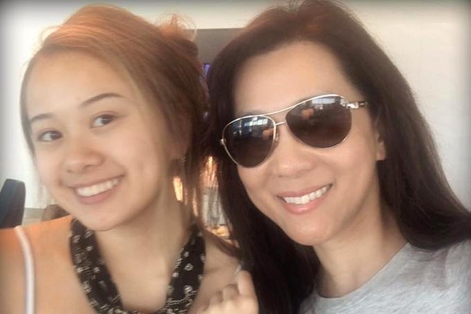 Kỳ Duyên cố gắngdạy hai con nói tiếng Việt để con luôn nhớ về quê hương. Tuy có chút bập bè, sự nỗ lực và ý thức học tiếng Việt của hai công chúa khiến nữ MC tự hào.