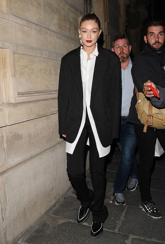 Gigi Hadid theo đuổi phong cách menswear với bộ suit dáng suông kết hợp sơ mi trắng oversized.