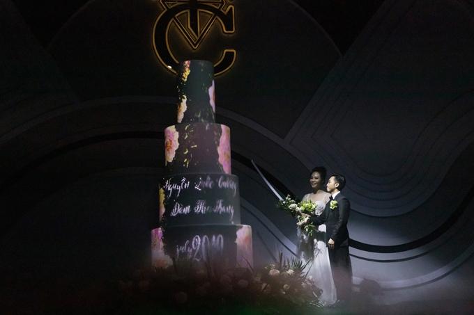 Bánh cưới 3D mapping của cựu người mẫu Đàm Thu TrangTrong đám cưới diễn ra ngày 28/7, Đàm Thu Trang và doanh nhân Quốc Cường chọn bánh cưới sử dụng công nghệ trình chiếu hình ảnh 3D mapping.