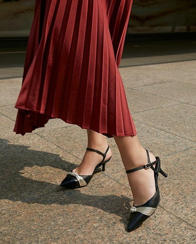 Một đôi giày cao gót mũi nhọn được chế tác bằng da cừu cao cấp sẽ giúp các quý cô trở nên thanh lịch và quý phái.