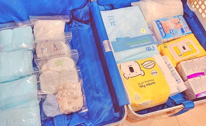 Đồ dùng cho bé và mẹ được Lan Khuê đựng trong các túi zip và xếp vào vali ngăn nắp.