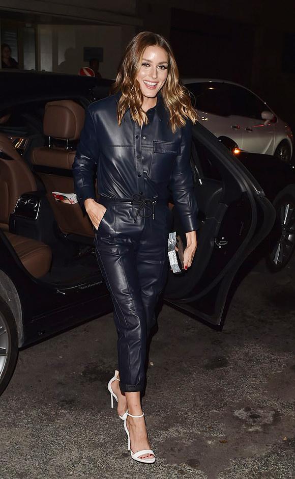 Trang phục da xanh navy và sandal quai mảnh đem tới cho biểu tượng thời trang Olivia Palermo nét cá tính, sành điệu.