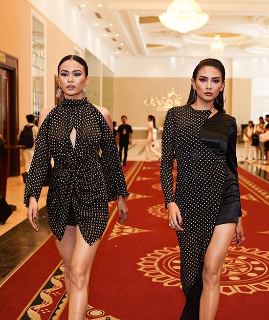Mâu Thủy và Võ Hoàng Yến cùng chọn trang phục đen phối họa tiết chấm bi khi góp mặt ở vòng sơ tuyển cuộc thi Vietnams Next Top Model.