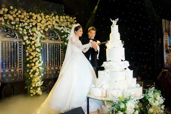 Bánh cưới cao 170 cm của Á hậu Thanh TúTrong hôn lễ diễn ra ngày 2/12, Á hậu Thanh Tú chọn bánh cưới cỡ khủng, có chiều cao khoảng 170 cm. Chiếc bánh cũng mang phong cách châu Âu cổ điển với nhiều tầng bậc và được điểm hoa văn.