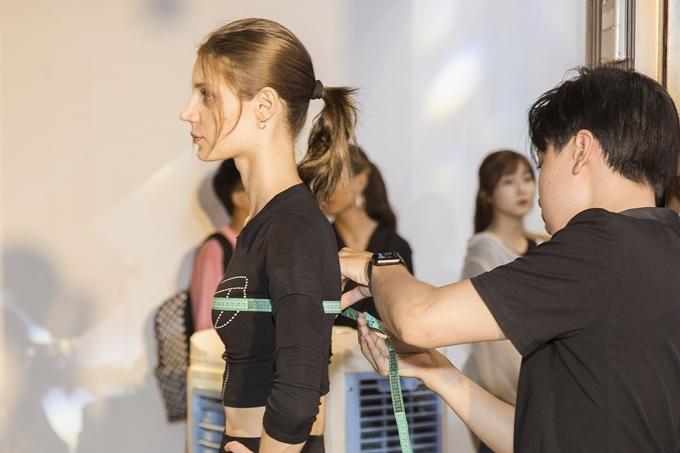 Các người mẫu có mặt từ sớm,tập luyện kỹ càng và được kiểm tra số đo hình thểtrước khi bước vào buổi casting.