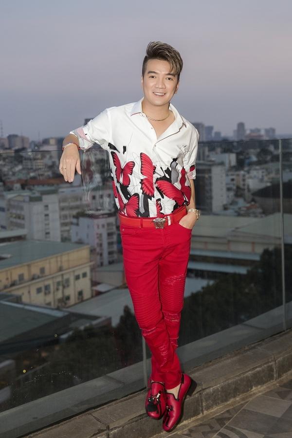 Đàm Vĩnh Hưng diện trang phục nổi bật khi làm giám khảo buổi casting.