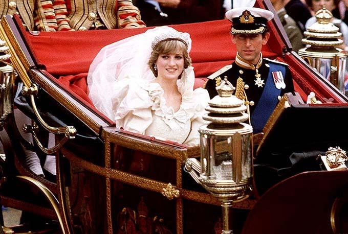 Vợ chồng Diana - Charles được rước bằng xe ngựa sau khi cử hành hôn lễ trong nhà thờ năm 1981. Ảnh: Rex.