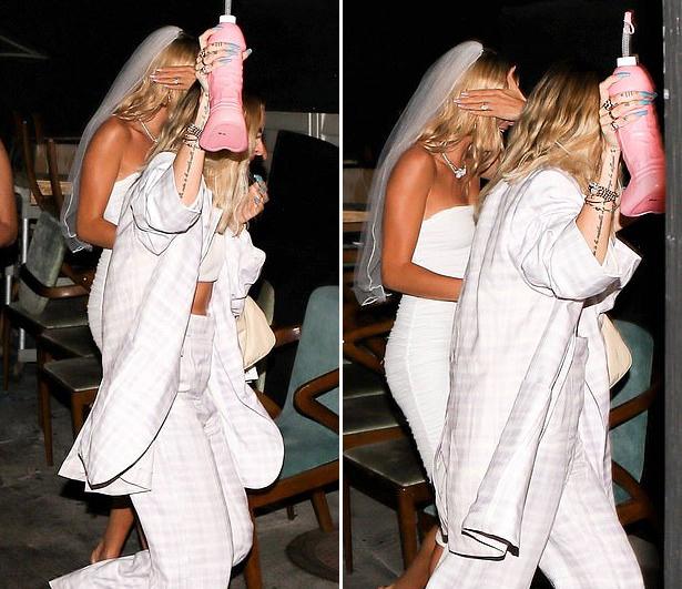 Người đẹp 22 tuổi che mặt trước ống kính, để lộ nhẫn đính hôn gắn viên kim cương lớn mà Justin Bieber trao cho cô vào tháng 7 năm ngoái.
