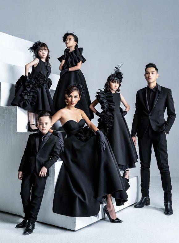 Bước ra từ cuộc thi Vietnams Next Top Model 2016 với vị trí á quân, Huy Quang đã có những bước tiến nhất định trong sự nghiệp người mẫu. Sau khi dừng chân ở Top 15 The Face 2018, anh im ắng một thời gian và mới đây quyết định thử sức với lĩnh vực thiết kế.