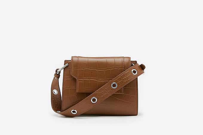 Pazzion đặt chất lượng sản phẩm và uy tín lên hàng đầu. Những mẫu túi xách được xử lý 100% bằng da thật, mang đến quý cô sự sang trọng, đẳng cấp