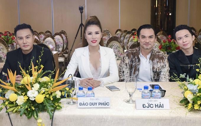 Buổi casting còn có anh Hà Quốc Đại (ngoài cùng bên phải) - giám đốc một trung tâm người mẫu tham dự.