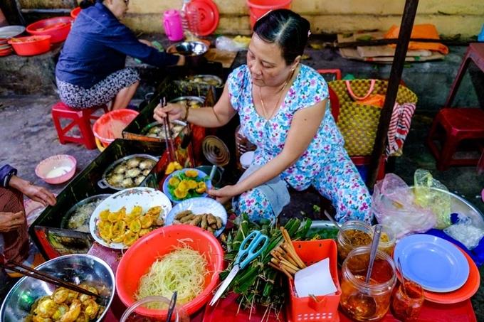 Tiệm bánh căntrên đường Trần Cao Vân là điểm hẹn mỗi chiều của giới trẻ Hội An. Bánh giòn, vừa ăn, kết hợp với nhiều thứ như đu đủ ngâm, nem rán, chả... chang nước mắm ngọt là món lót dạ được dân địa phương ưa thích vào buổi xế chiều.
