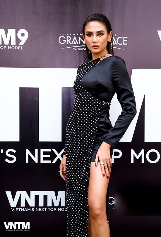 Váy đen siêu ngắn được kết hợp với phần vải xuyên thấu chấm bi giúp Võ Hoàng Yến khoe chân dài gợi cảm.