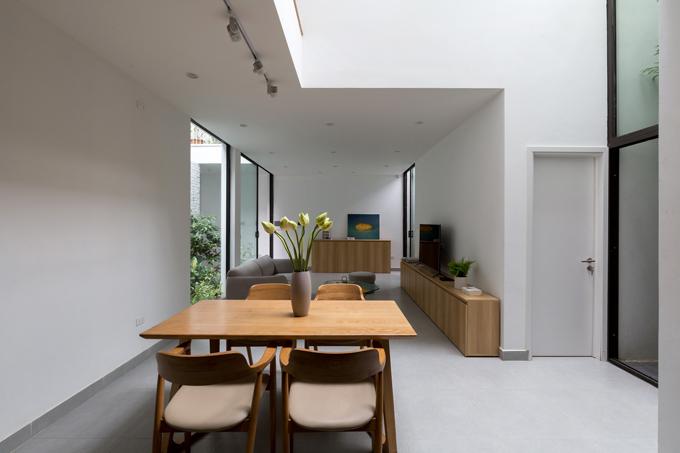 Công trình được xây trên mảnh đất có diện tích 85 m2. Đặc điểm củ thử đất là nằm trong con ngõ hẹp ở Thụy Khuê, Hà Nội, không có mặt tiền, xung qunh là những nhà co 4-5 tầng.