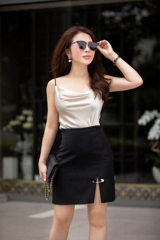 Người đẹp tối giản các chi tiết trên trang phục để tôn vẻ đẹp hình thể.