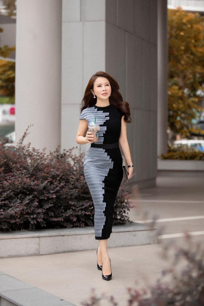 Lợi thế của Lan Phương là vóc dáng cân đối, mái tóc dài quyến rũ và thần thái cuốn hút. Cô luôn biết cách lựa chọn trang phục và phụ kiện khéo léo để làm nổi bật những thế mạnh của mình.