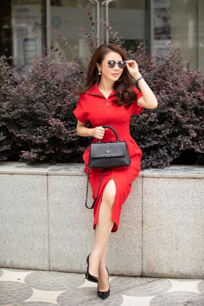Một chiếc đầm đỏ và đôi giày mũi nhọn, thêm chiếc túi Chanel là đủ để trở thành một người phụ nữ quyền lực