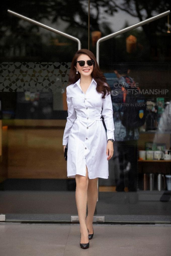 Chiếc đầm sơ mi trắng chưa bao giờ lỗi mốt được người đẹp trưng diện trong những ngày đầu thu. Đây là một trong những items nhất định phải có trong tủ đồ thu của chị em.