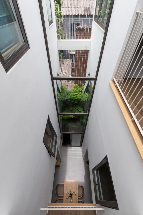 Do đó, kiến trúc sư Nguyễn Văn Thu, Nguyễn Minh Đức củ văn phòng HGAA Architecture đã đư r giải pháp thiết kế hướng tới cải thiện môi trường sống trong nhà ống, gần gũi thiên nhiên trong bối cảnh đô thị ngột ngạt. Căn nhà được tạo một khoảng thông tầng ở trung tâm, co 3 tầng, chi làm 2 phần: một nử trong nhà, một nử ở bên ngoài tạo khoảng không lấy gió, ánh sáng.