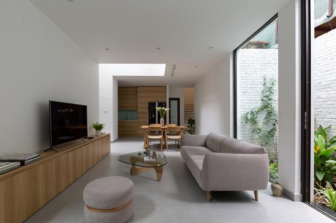 Tầng một là không gin phòng khách, bếp, bàn ăn và chừ lại những mảnh đất nhỏ để trồng cây, tạo r không gin sinh hoạt chung tràn ngập cây xnh, ánh sáng.