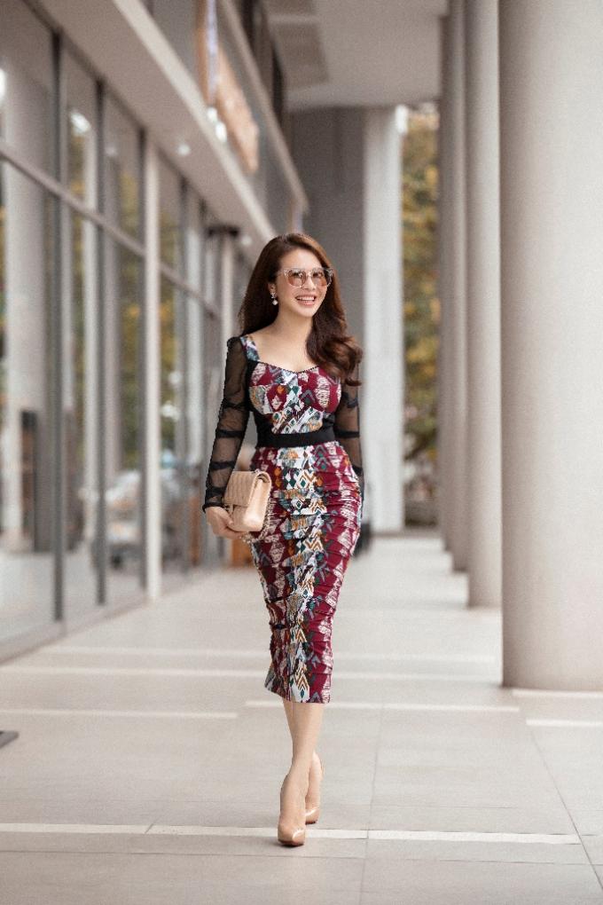 Chiếc đầm họa tiết nổi bật giúp người đẹp khoe trọn vẻ đẹp hình thể, đặc biệt là vòng eo thon gọn