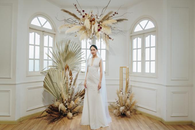Bên cạnh những mẫu váy do Ạnh Thư thể hiện, NTK còn giới thiệu thêm các mẫu đầm khác trong cùng bộ sưu tập. Tác phẩm váy chứa đựng phong cách cá nhân của Trương Thanh Hải với phom dáng gọn gàng, đường cắt may tinh tế.