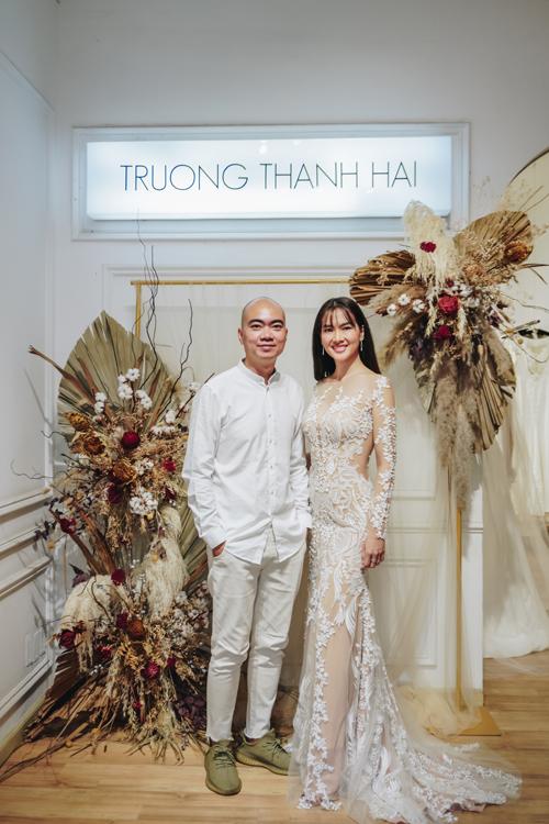 Người mẫu Anh Thư có dịp hóa thân thành cô dâu lần nữakhi khoác lên mình cácváy cưới renđến từ bộ sưu tập mới nhất của NTK Trương Thanh Hải.