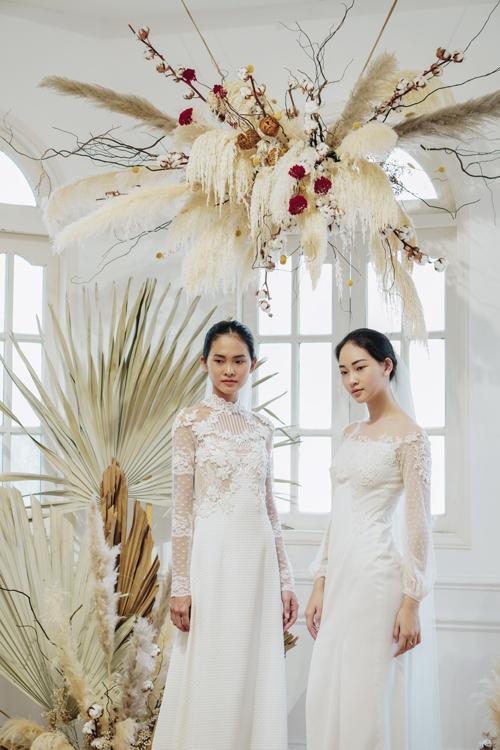 Hai thiết kế váy ren có tạo hình ở thân trên cầu kỳ, được thêu ren. Váy có độ xòe nhẹ, phù hợp với cô dâu hiện đại.