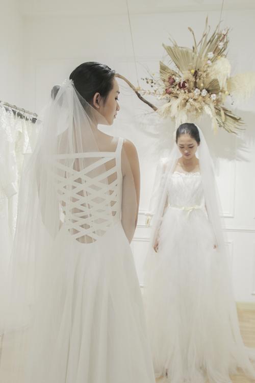 Váy cưới đan dây là sáng tạo mà NTK muốn đem đến ở bộ sưu tập mới, mang tới sự hiện đại.
