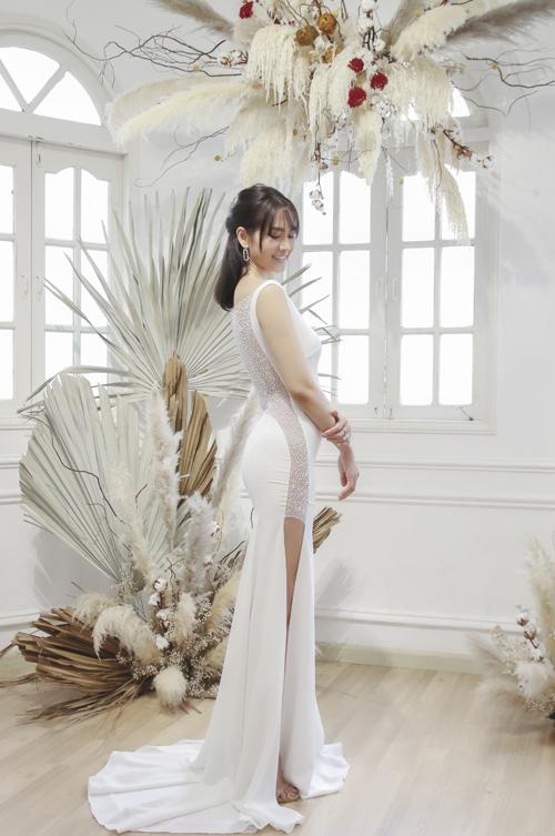 Váy tối giản được chú trọng ở các đường cắt may, mang đến sự sang trọng, tôn dáng vóc người diện.