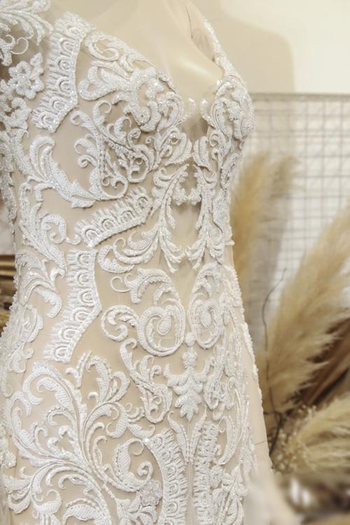 Các bộ cánh đều được Trương Thanh Hải lấy cảm hứng từ khu vườn hoa lãng mạn, mang hương sắc mùa thu. Chiếc váy Jenny có tay dài, được khai thác từ chất liệu vải màu nude tiệp màu da và vải ren cầu kỳ, tôn vẻ gợi cảm cho người diện.