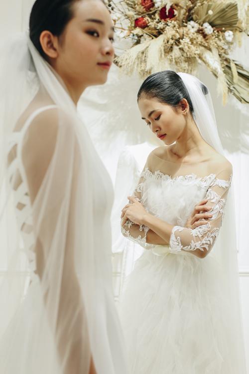 Váy ren trễ vai có điểm nhấn tập trung ở họa tiết ren nơi tay áo, bắt mắt nhờ sự đa dạng trong sử dụng chất liệu.