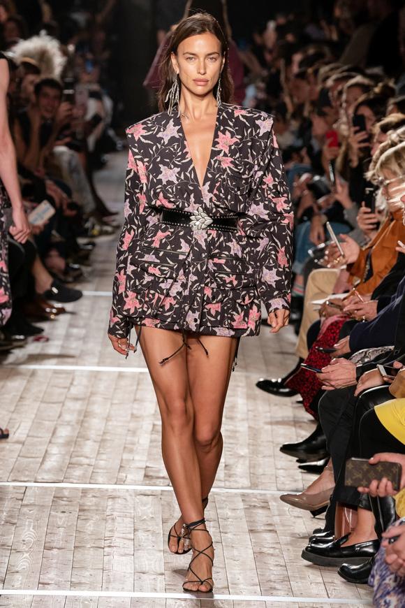 Nàng mẫu Nga Irina Shayk trình diễn một thiết kế vest dáng dài theo xu hướng giấu quần năng động.