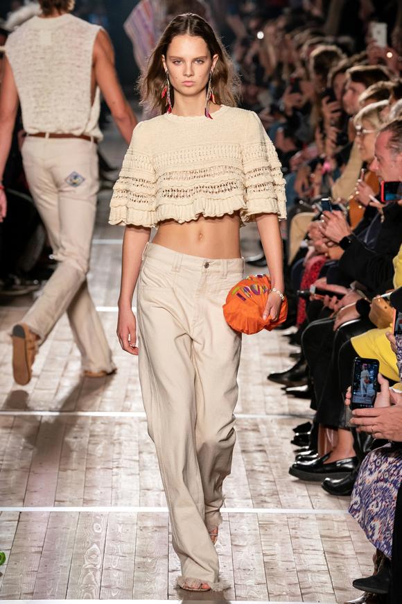 Những kiểu đồ quen thuộc như crop-top, quần ống suông vẫn khẳng định sức sống ở mùa mốt mới.
