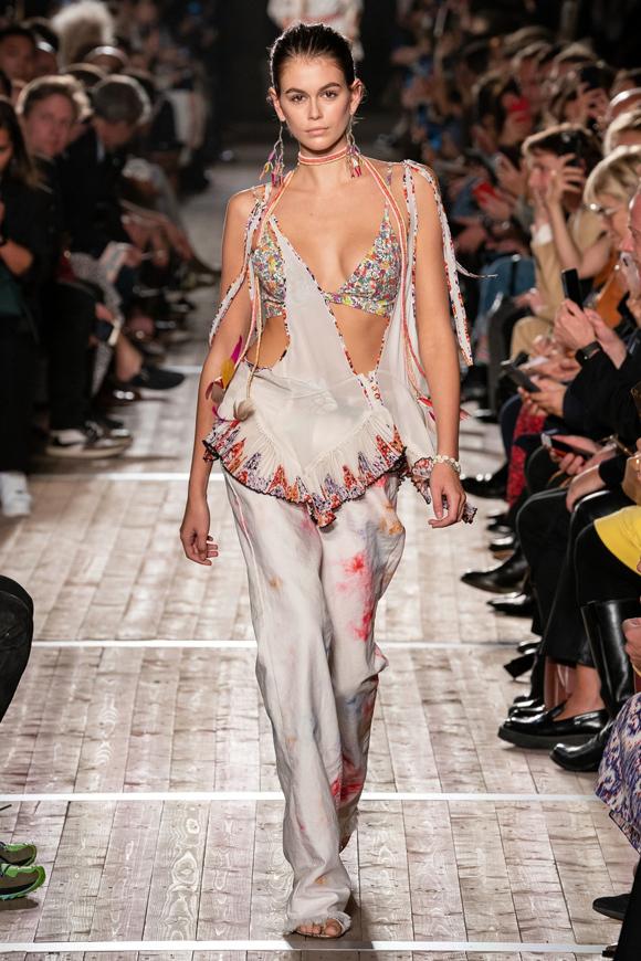 Tối 26/9, buổi giới thiệu bộ sưu tập Isabel Marant Xuân hè 2020 diễn ra trong khuôn khổ Paris Fashion Week. Như thường lệ, Kaia Gerber vẫn là gương mặt chiếm spotlight hàng đầu dàn mẫu. Vốn sở hữu vóc dáng mảnh khảnh nhưng mỹ nhân sinh năm 2001 lại có khuôn ngực tròn trịa, quyến rũ.