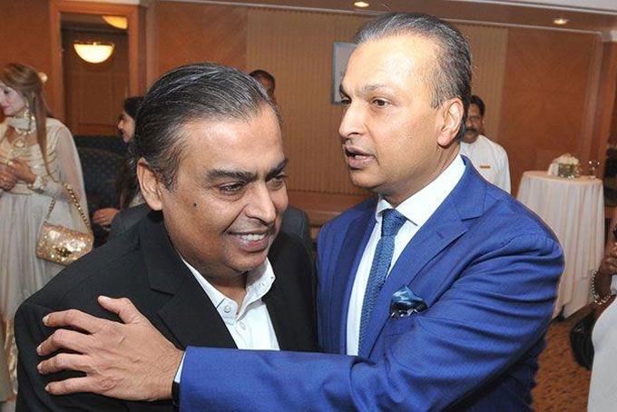 Hình ảnh thân mật hiếm hoi của hai anh em Mukesh và Anil Ambani vào tháng 3 năm nay. Ảnh: India Times.