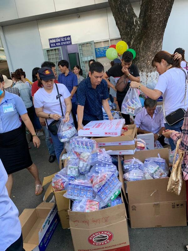 Ngoài công việc kinh doanh chị còn thường xuyên tham gia công tác thiện nguyện. Mỗi Tháng chị cùng nhóm Thiện Duyên đều đem hàng trăm phần sữa, bánh kẹo đến các bé ở Bệnh viện Ung Bướu và đến trao tận tay cho trẻ em và người nghèo khắp nơi cùng với Thầy Thích Nguyên Thông