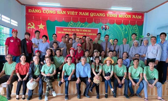 Chị Tuyền trong một hoạt động thiện nguyện cùng Thiền Tự Phước Quang Phát quà cho bà con bị lũ lụt ở xã Thanh Sơn- Định Quán