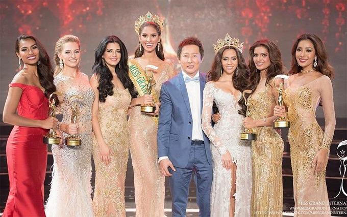Vartika Singh (thứ hai từ phải sang) cùng Hoa hậu và các Á hậu của Hoa hậu Hòa bình Quốc tế 2015.