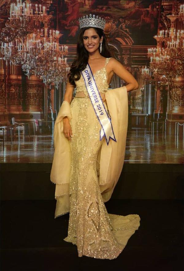 Tối 26/9, Vartika Singh vừa được ban tổ chức cuộc thi Miss Diva Universe bổ nhiệm làm Hoa hậu Hoàn vũ Ấn Độ 2019. Cô sẽ đại diện cho quốc gia tại Miss Universe 2019 (dự kiến tổ chức tại Hàn Quốc vào cuối năm nay).