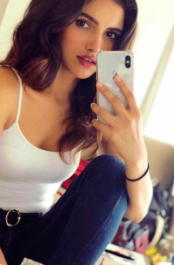 Ngoài đời thường, Vartika Singh có phong cách hiện đại, năng động.