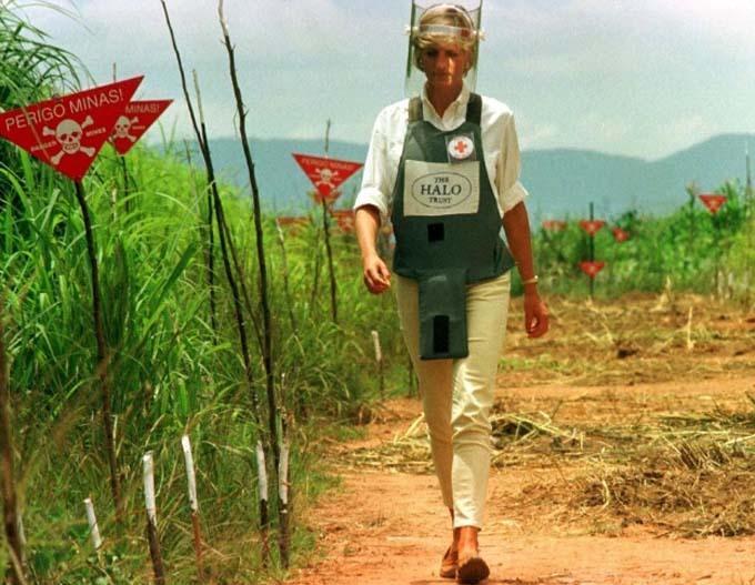 Bức ảnh Công nương Diana bước đi một mình ở bãi bom mìn năm 1997 mang tính biểu tượng. Ảnh: Reuters.
