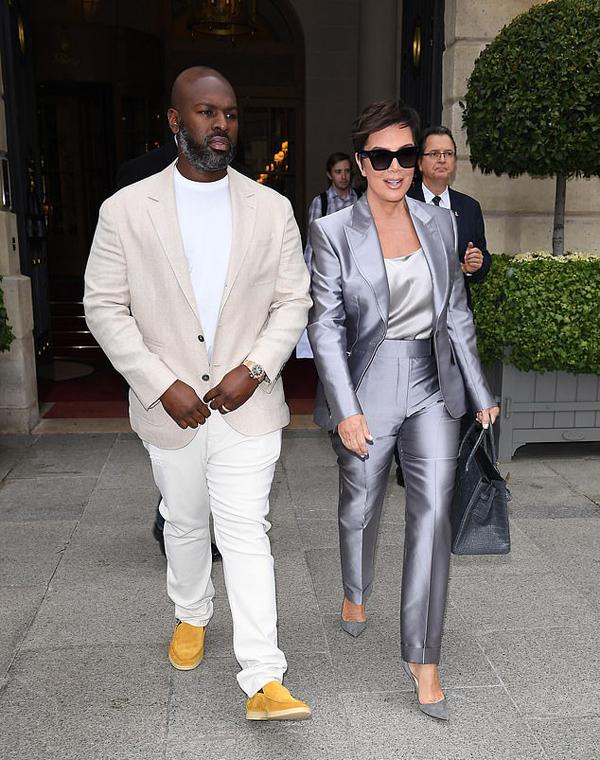 Ngôi sao truyền hình thực tế Kris Jenner tới Pháp dự Tuần lễ thời trang Paris từ hôm đầu tuần. Phi công trẻ Corey Gamble luôn sát cánh bên bà.