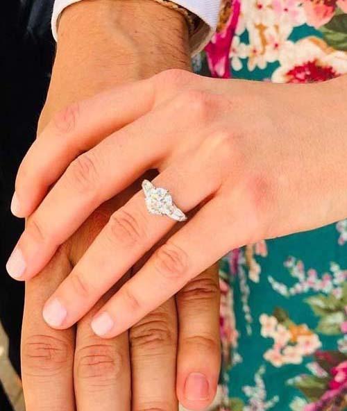 Beatrice khoe nhẫn đính hôn do chồng sắp cưới thiết kế. Ảnh: Twiter.
